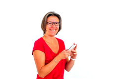 Mulher na camisa vermelha de t no smartphone no estúdio imagens de stock