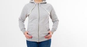 Mulher na camiseta cinzenta, hoodies fundo branco - modelo cinzento do hoodie do pulôver imagens de stock