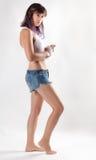 Mulher na camiseta de alças e em Jean Shorts brancos Foto de Stock