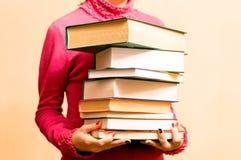 Mulher na camiseta vermelha com livros à disposição Imagens de Stock
