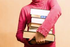 Mulher na camiseta vermelha com livros à disposição Imagem de Stock