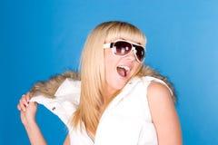 Mulher na capa em um fundo azul Fotos de Stock Royalty Free