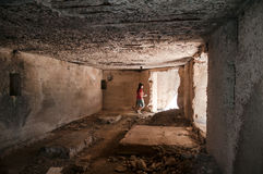 Mulher na casa da ruína imagem de stock royalty free