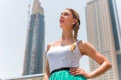 Mulher na cidade metropolitana Dubai Foto de Stock
