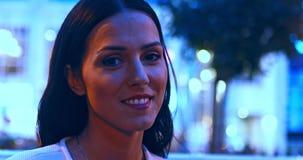 Mulher na cidade que sorri à câmera vídeos de arquivo