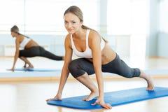 Mulher na classe de ginástica aeróbica. Foto de Stock