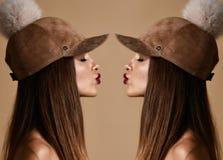 Mulher na composição da arte do dobro do tampão do chapéu do pompon da camurça do inverno com beijo fechado dos olhos fotos de stock royalty free