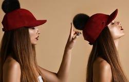 Mulher na composição da arte do dobro do tampão do chapéu do pompon da camurça do inverno com grito fechado dos olhos fotografia de stock royalty free