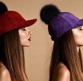 Mulher na composição da arte do dobro do tampão do chapéu do pompon da camurça do inverno com olhos fechados imagens de stock