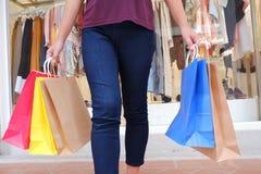 Mulher na compra Mulher feliz com sacos de compras que aprecia na compra fotografia de stock royalty free
