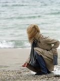 Mulher na costa de mar Fotografia de Stock