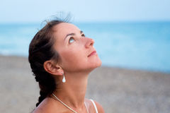 Mulher na costa de mar Fotos de Stock Royalty Free
