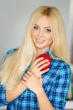 Mulher na cozinha com pimenta vermelha à disposição Imagens de Stock Royalty Free