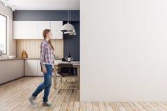 Mulher na cozinha moderna Foto de Stock