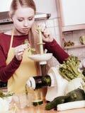 Mulher na cozinha que faz o suco vegetal do batido Fotos de Stock