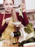 Mulher na cozinha que faz o suco vegetal do batido Foto de Stock Royalty Free
