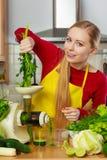 Mulher na cozinha que faz o suco vegetal do batido Fotos de Stock Royalty Free