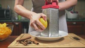 Mulher na cozinha que faz um tarte de abóbora 4k, tiro do lento-movimento Tiro da zorra vídeos de arquivo