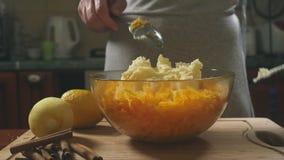 Mulher na cozinha que faz um tarte de abóbora 4k, tiro do lento-movimento Tiro da zorra video estoque