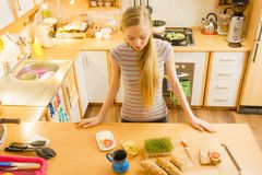 Mulher na cozinha que guarda a faca que faz o sanduíche saudável Fotos de Stock