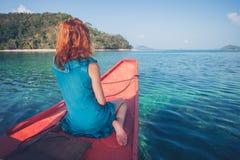 Mulher na curva do bote Imagem de Stock