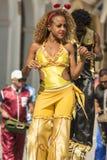 Mulher na dança amarela em pernas de pau Havana Fotos de Stock Royalty Free