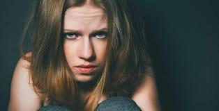 Mulher na depressão e no desespero que grita na obscuridade preta Fotografia de Stock