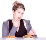 Mulher na dieta que faz escolhas comer Fotos de Stock