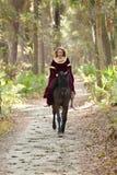Mulher na equitação medieval do vestido horseback Imagem de Stock