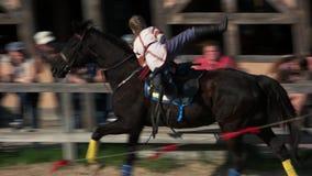 Mulher na equitação ucraniana do traje no cavalo vídeos de arquivo