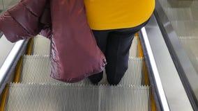 Mulher na escada rolante na alameda video estoque