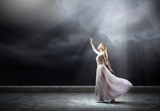 Mulher na escuridão Fotos de Stock Royalty Free