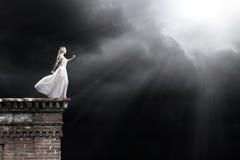 Mulher na escuridão Imagens de Stock