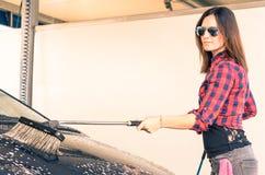 Mulher na estação da lavagem de carros Fotos de Stock Royalty Free