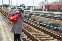 Mulher na estação de comboio foto de stock