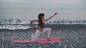 Mulher na esteira da ioga exterior video estoque