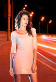 Mulher na estrada da noite imagens de stock
