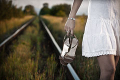 Mulher na estrada de ferro Fotografia de Stock Royalty Free