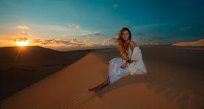 Mulher na excursão do deserto no por do sol em Vietname Imagens de Stock