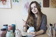 A mulher na faculdade criadora imagem de stock royalty free
