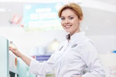 A mulher na farmácia Fotos de Stock Royalty Free