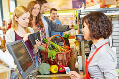 A mulher na fila do supermercado é dinheiro faltante foto de stock royalty free