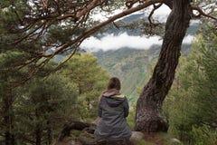 A mulher na floresta, acampa Canillo Foto de Stock