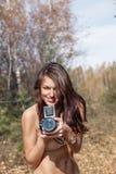Mulher na floresta com câmera Imagens de Stock