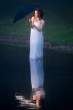 Mulher na folha de cama do lago envolvida imagem de stock royalty free