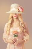 Mulher na forma Straw Hat Holding Peony Flower, vestido do rosa da menina Foto de Stock Royalty Free