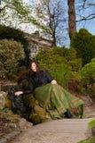 Mulher na forma vitoriano com mão na cachoeira no parque Foto de Stock