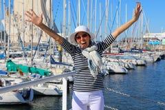 Mulher na frente da baía com iate Imagens de Stock Royalty Free