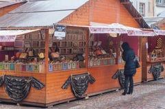 Mulher na frente da loja do chá no mercado do Natal Foto de Stock