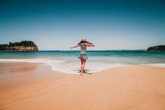 Mulher na frente da praia em Austrália Fotografia de Stock Royalty Free